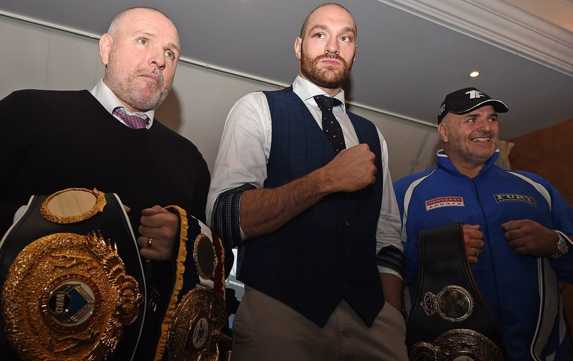 Peter Fury (z lewej) i Tyson fury (w środku) /AFP