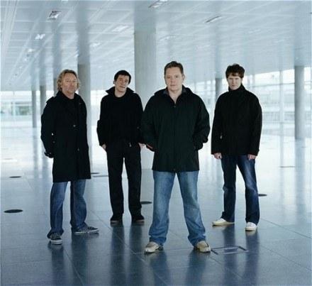 Peter Hook (z lewej) z New Order /