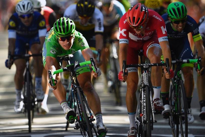 Peter Sagan (zielony strój lidera klasyfikacji punktowej) na finiszu był lepszy od Alexandera Kristoffa (czerwony strój) /AFP