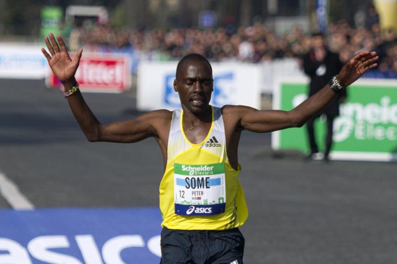 Peter Some mija linię mety paryskiego maratonu /AFP