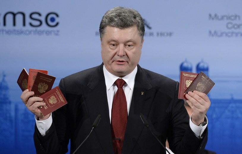 Petro Poroszenko pokazuje dokumenty rosyjskich żołnierzy /AFP