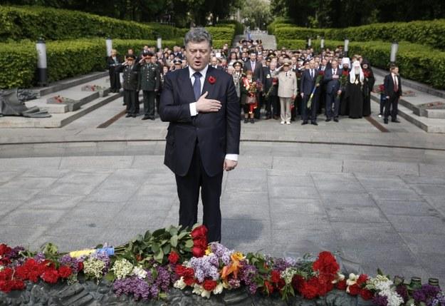 Petro Poroszenko przy Grobie Nieznanego Żołnierza w Kijowie /PAP/EPA/ROMAN PILIPEY /PAP/EPA