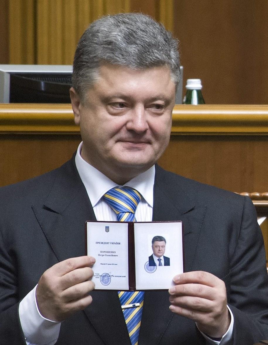 Petro Poroszenko z certyfikatem prezydenckim /ANASTASIA SIROTKINA/PARLIAMENTARY PRESS SERVICE/HANDOUT /PAP/EPA