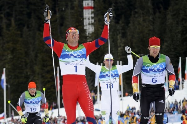 Petter Northug mija linię mety /AFP