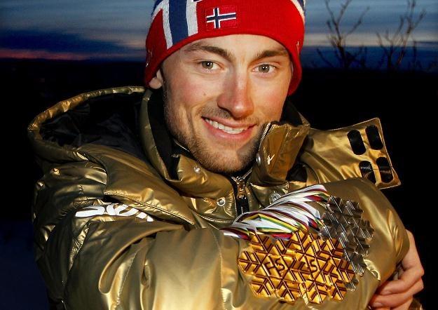 Petter Northug prezentuje swoje medale. Norweg zdobył trzy złote i dwa srebrne krążki /AFP