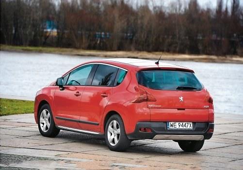 Peugeot 3008 (od 2010 r.) to 5-osobowy minivan z przednim napędem. Ma oszczędne diesle i estetycznie wykończone wnętrze. Z czasem zagrozi dominacji Renault Scenic w tym segmencie. /Motor