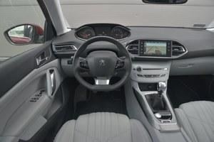Peugeot 308 1.6 THP 155 Allure: jakość łączy się tu z atrakcyjnym wyglądem. Niewielka kierownica. /Motor