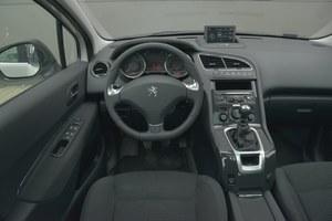 Peugeot 5008 2.0 HDi 150 Allure: na kierownicy nie ma przycisków zestawu audio, ale pod nią jest wygodny joystick. Świetne umiejscowienie przekładni zmiany biegów i tylko jeden uchwyt na kubek. Wysoka jakość górnej części kokpitu. /Motor
