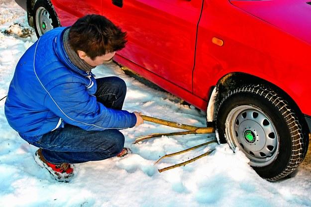 Pewniejszym sposobem poprawy przyczepności jest podłożenie gałęzi. Uważajmy jednak, aby nie uszkodziły one samochodu (nie przesadzajmy z buksowaniem kół). /Motor