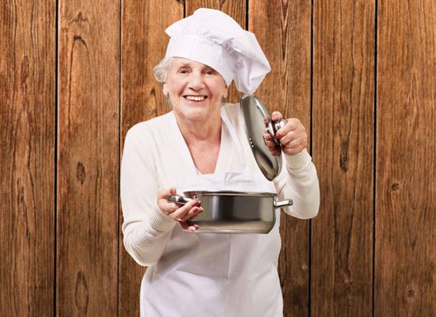 Pewność siebie 50-latki sprawia, że porywa się na trudniejsze dania /123RF/PICSEL