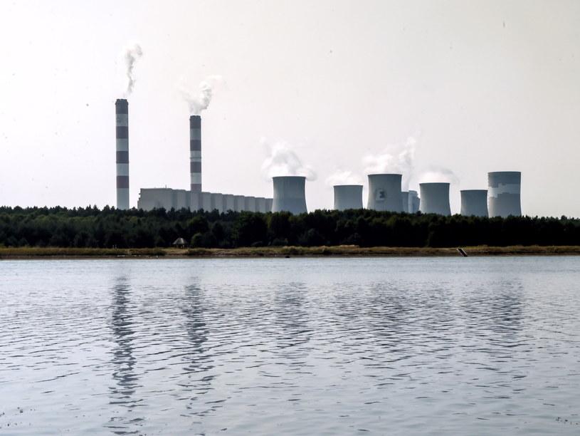 PGE Elektrownia Bełchatów widziana od strony zbiornika wodnego Słok /Grzegorz Michałowski /PAP