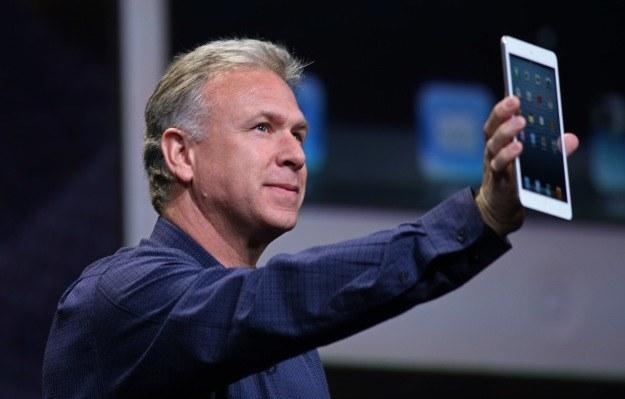 Phil Schiller pokazuje iPada mini /AFP