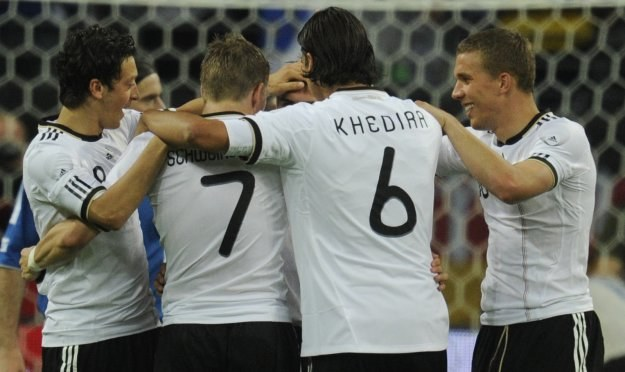 Philipp Lahm  odbiera gratulacje od kolegów po strzeleniu gola na 1-1. /AFP