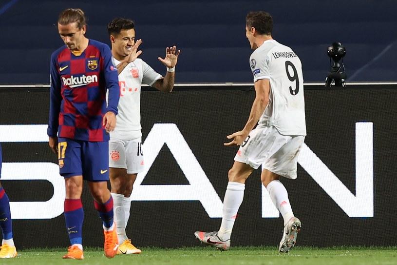 Philippe Coutinho i Robert Lewandowski celebrują gola strzelonego Barcelonie w rozgrywkach Ligi Mistrzów /AFP