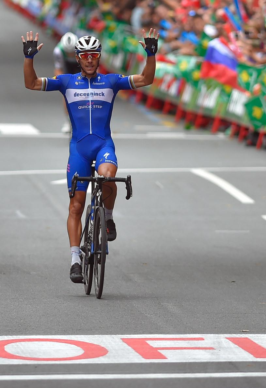 Philippe Gilbert cieszy się ze zwycięstwa /AFP