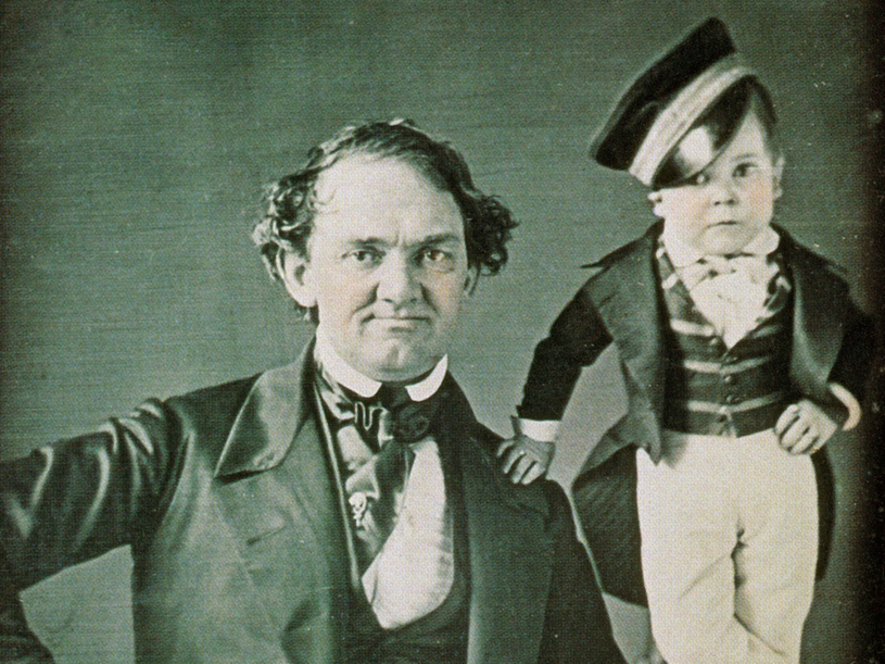 """Phineas Taylor Barnum oraz """"Generał Tom Thumb"""" - popularny karzeł będący gwiazdą jego cyrku /East News"""