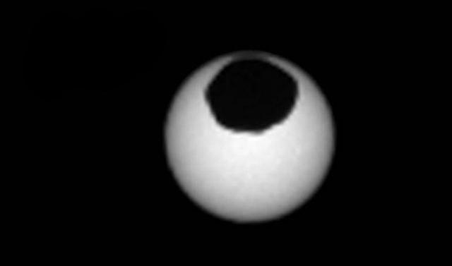 Phobos na tle tarczy słonecznej /materiały prasowe