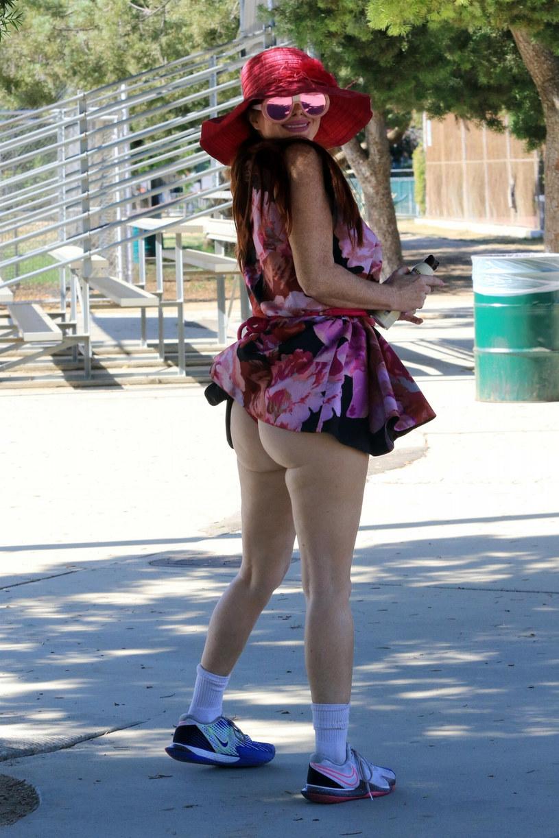 Phoebe Price zdecydowała się na bardzo kusą sukienkę, która odsłania wszystko /Backgrid/East News /East News