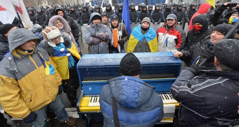 Pianino stojące na Majdanie /AFP