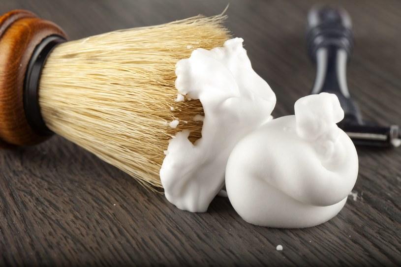 Pianka do golenia - popularny kosmetyk sprawdzi się podczas sprzątania /123RF/PICSEL