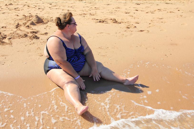 Piasek na plaży, choć drobny, wcale nie musi działać jak peeling /123RF/PICSEL