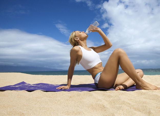 Piasek, ręcznik i morze to jedyne czego potrzebujesz do wykonania tych ćwiczeń /123RF/PICSEL