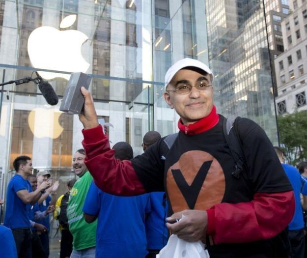 Piąta Aleja, Nowy Jork - jedna z pierwszych osób, która kupiła iPhone'a 5 /AFP
