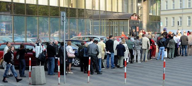 Piątek - kolejka podatników przed urzędem skarbowym na ul. Jagiellońskiej w Warszawie /PAP