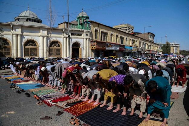Piątkowy modły przed meczetem w Kabulu na zdjęciu ilustracyjnym /STRINGER /PAP/EPA