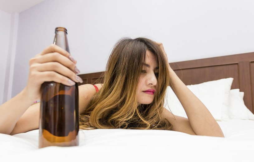 picie alkoholu /© Photogenica