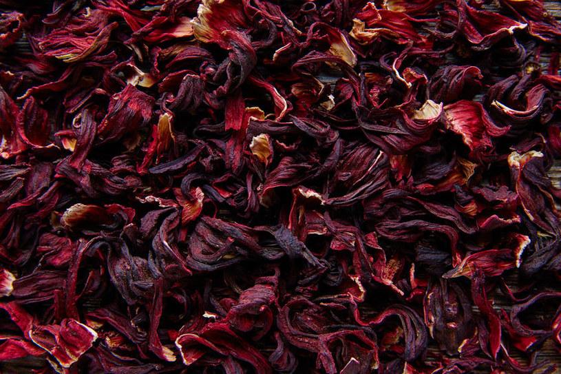 Picie herbaty z hibiskusa z umiarem jest uważane za bezpieczne i zdrowe /123RF/PICSEL