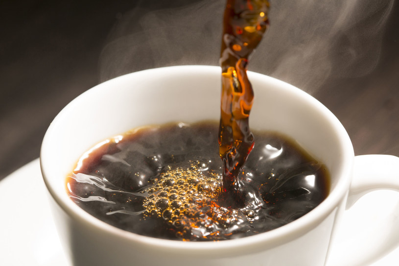 Picie kawy powinniśmy łączyć z jedzeniem warzyw i owoców /123RF/PICSEL