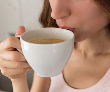 Picie kawy wpływa na pracę mózgu. Ile filiżanek to za dużo?
