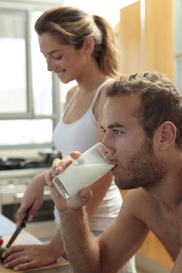 picie mleka /© Photogenica