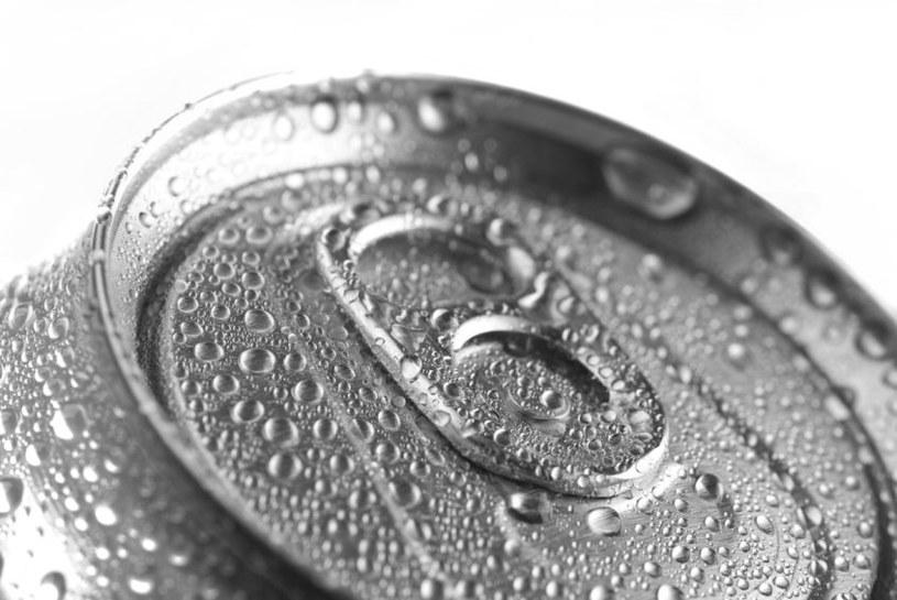 Picie napojów z puszek może podnosić ciśnienie /123RF/PICSEL