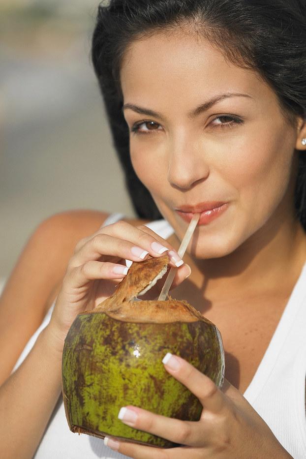picie wody kokosowej /© Photogenica