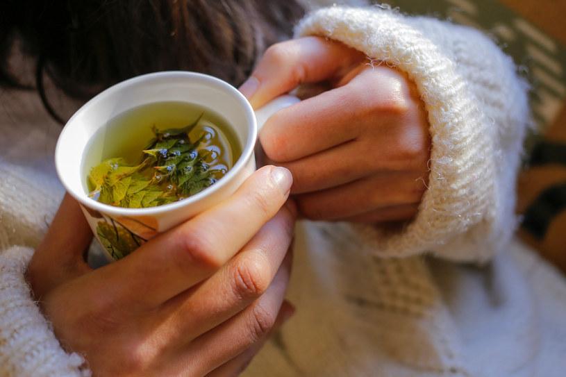 Picie ziołowych naparów może ograniczyć nadmierną potliwość