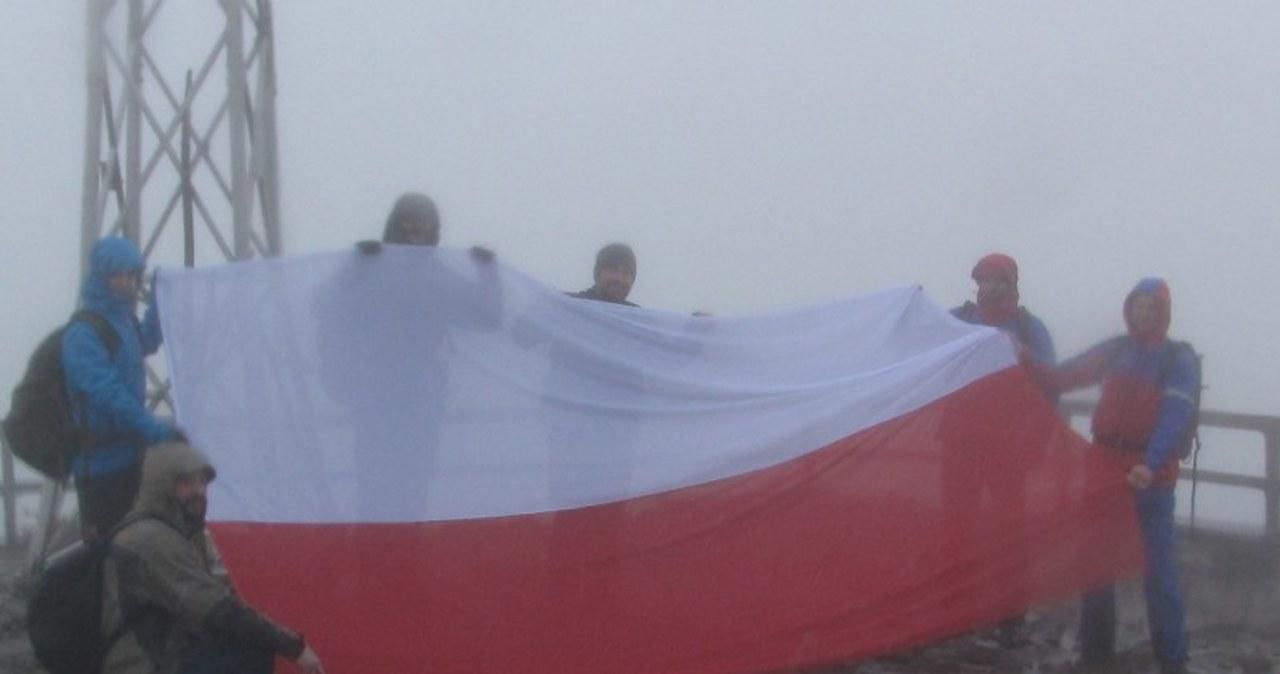 Pięć flag na pięciu szczytach. Zdjęcia z Tarnicy