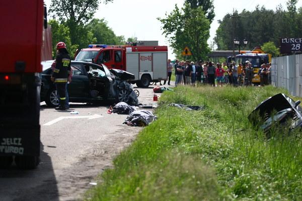 Pięć osób zginęło, w tym dwoje dzieci, w wypadku, do którego doszło 30 maja na drodze krajowej numer 7 w Glinojecku (trasa Warszawa-Gdańsk). Trzy ranne osoby zostały przewiezione do szpitala.