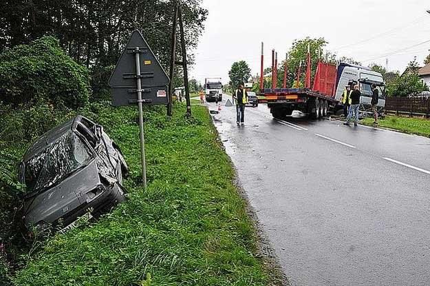 Pięć osób zostało rannych w zderzeniu samochodu ciężarowego z fiatem cinquecento /Policja