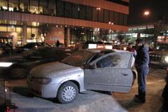 Pięć samochodów oblanych betonem w centrum Warszawy