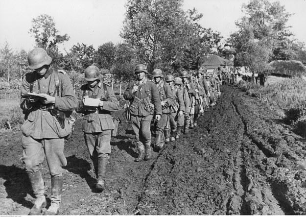 Piechota niemiecka w marszu po błotnistej drodze na froncie wschodnim /Z archiwum Narodowego Archiwum Cyfrowego