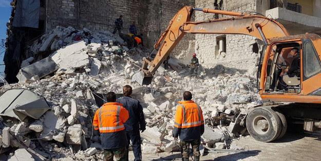 Pięciopiętrowy blok został wcześniej uszkodzony podczas trwającej w tym kraju wojny /SANA HANDOUT /PAP/EPA