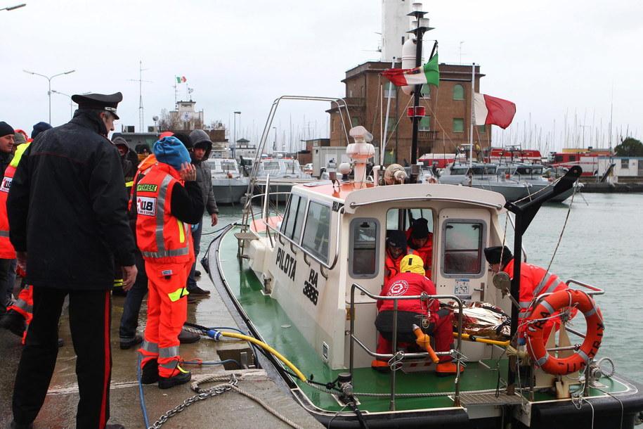 Pięciu rannych marynarzy z tureckiego statku przewieziono do szpitala /PASQUALE BOVE /PAP/EPA