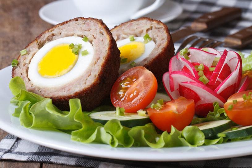 Pieczeń można podawać na zimno lub na ciepło, najlepiej z sosami: estragonowym, grzybowym, koperkowym lub pieczeniowym /123RF/PICSEL