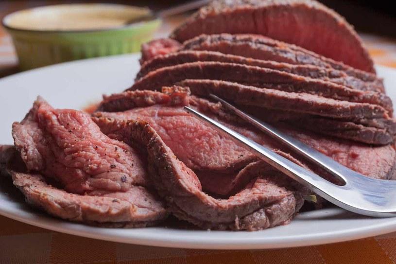 Pieczeń wołowa z sosem migdałowym /123RF/PICSEL