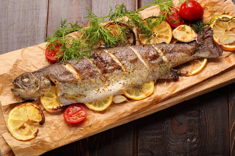 Pieczone, gotowane i grillowane ryby mają więcej kwasów omega-3 niż smażone /123RF/PICSEL