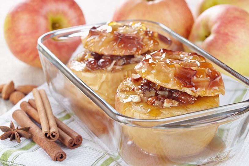 Pieczone jabłka jesienią smakują najlepiej /123RF/PICSEL