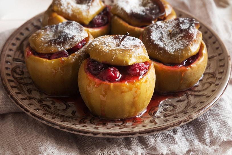 Pieczone jabłka możesz przyrządzić na wiele sposobów! /123RF/PICSEL