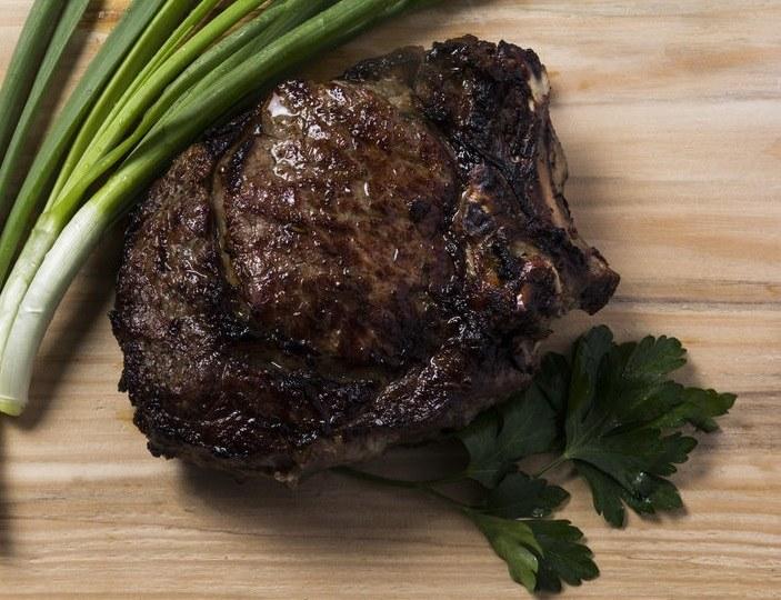 Pieczone strusie mięso /©123RF/PICSEL